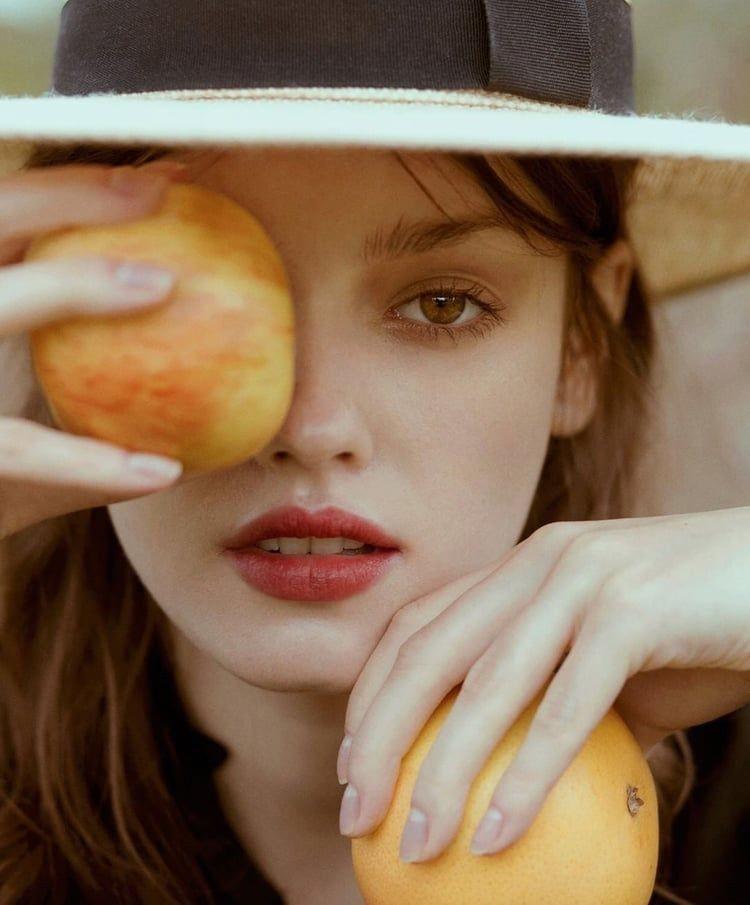 ผู้หญิงถือแอปเปิ้ล