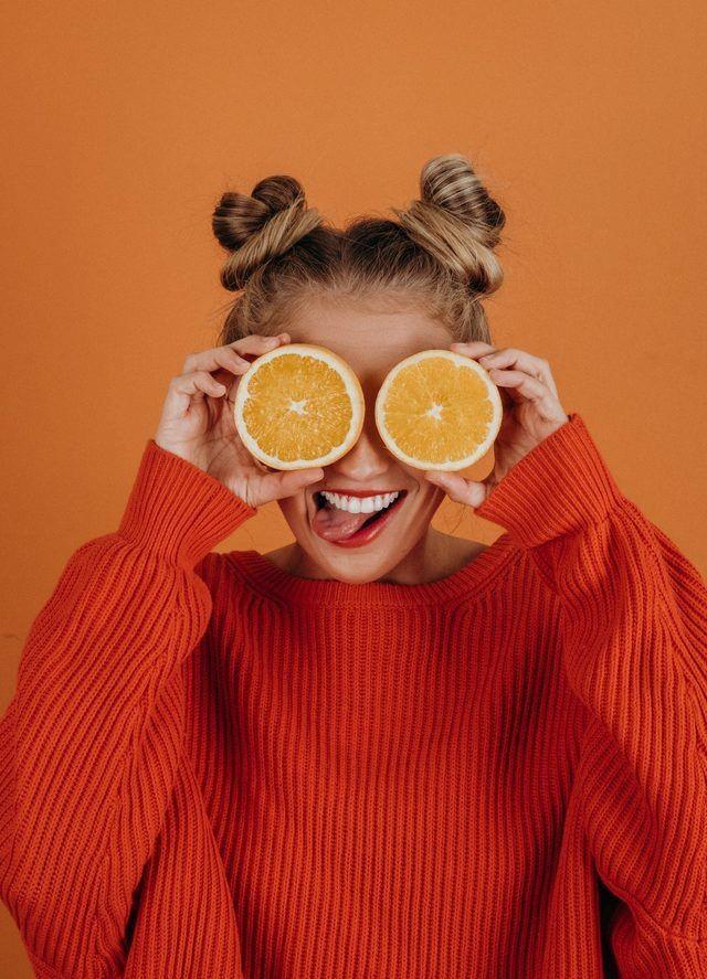 ผู้หญิงถือส้ม
